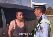 男子开车违规装老外,交警一招让他现原形,回味了好几遍,逗死了