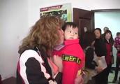 美国家庭不远万里来中国收养弃婴