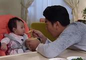 妈妈喂辅食宝宝不吃,没想到爸爸一喂就吃光了,妈妈一看监控怒了