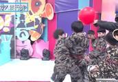 王俊凯公主抱易烊千玺,那时候的小宝们真的好可爱呀!
