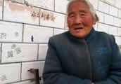 农村80岁老奶奶有1儿4女,每月养老钱只有补助的100元,真够花吗