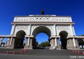 内蒙古这所高中的校门宏伟壮观,霸气十足,不输巴黎凯旋门