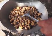《荒野求生》中贝尔吃的爆浆虫子,村民把它做成了美食,美味