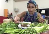 泰国头巾大姐吃播,炸鱼搭配生菜,满桌都是绿,大姐超爱吃素
