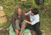 王子清:老军人参加过很多战争,儿子去世了,身体不行只能坐着