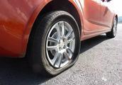 明明爆胎了一条轮胎,4S店偏偏要求换两条!又在赚黑心钱?
