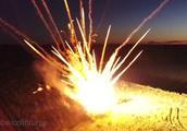 外国小哥同时点燃700个火箭烟花 场面壮观