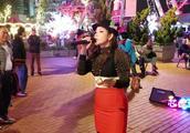 好久不见,街头艺人芯妮一曲《我们不一样》磁性的嗓音,好有感觉