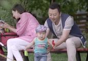 奶爸只顾和美女玩游戏,孩子摔倒没人管,不料被妻子撞见!