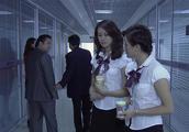 美女为了抢机会,这样对待同事,一杯咖啡就得逞了!