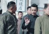 上海滩两大佬街摊买包子一人排队一人插队,老板却受宠若惊