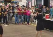街头艺人,大姐演唱《上海滩》经典味道,值得倾听!