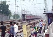北京闹市区的铁路道口 鸭子桥社区菜户营西街道口