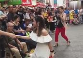 小姐姐街头演唱《上海滩》,歌唱的非同一般好听