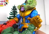 绿巨人军团合力一起攻击强大的灭霸