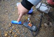 大山里捡到一装着手机瓶子,打开后无人知道这是啥,吓的立马扔掉