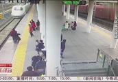 旅客打电话分神,不知越过安全黄线,此时一辆动车正在进站