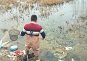没人管的小水库小伙捞7.8条,草鱼,鲫鱼,鲤鱼,?#20570;悖?#30495;过瘾