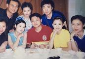 李湘晒湖南台同事聚餐旧照人群中肤白貌美很吸睛