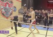 俄罗斯的街头格斗比赛,胖瘦体格相差太大!