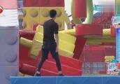 男生女生向前冲:两位小伙共同来挑战赛道