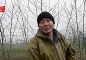 河南80后农民为两个儿子挣钱,零下2度池塘挖莲藕,二胎不好养
