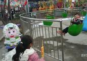 农村宝爸和女儿在公园里玩,看到这种玩是不是荡秋千呢?