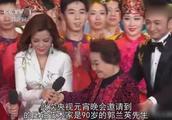 90岁郭兰英登央视元宵晚会,尼格买提伸手迎接,谁留意到朱迅?