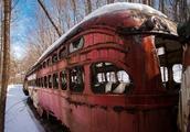 男子在森林意外发现报废列车,收破烂的看到会笑出声