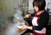 面积25平方米羊肉汤馆排队舀汤,这家汤馆估计每天卖900碗