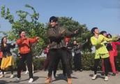 郭京飞苏明成跳咖喱咖喱广场舞,瞬间从 都挺好 穿越到 欢乐颂