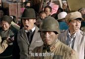 国军炸桥遭到百姓阻止进行暴力压制,富二代挺身而出出手相助!