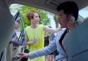 陈赫刚坐进出租车,不料戚薇拽着他耳朵就出来了,这就尴尬了