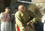 和珅纪晓岚被罚扫大街,没想到皇上当街洒沙子,让俩人争斗起来了