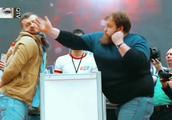 俄罗斯举行扇耳光大赛,有的直接扇晕,一个胖子赢了!