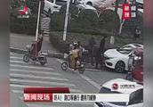 20岁小伙开车路上遇到行人不避让,竟下车持刀起冲突