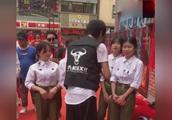 广东雨神饭店开业,给厨师和服务员发红包,有人说500块太少了!