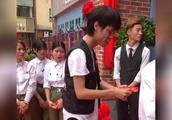 广东雨神音乐吧开业 给厨师和服务员每人发500红包 够大方