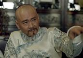 张朝珍在康亲王前夸于成龙,这令赫里很是不满,不停地辱骂于成龙