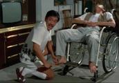 太可乐了,林正英假装半身不遂,吴耀汉不信狂挠他脚心!