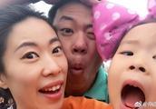 申雪赵宏博带女儿逛游乐园,宝贝就像小天使