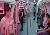 这班地铁真诡异,到站不停,全车人都是静止不动,还面无表情