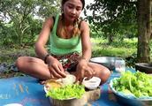 越南姐姐:到鸡笼抓只小母鸡做午饭,做的午饭很可口看着就很好吃