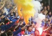 南京:女球迷太兴奋 球场内放烟花 被拘十日