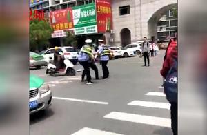 网传安徽两交警当街打架?官方:涉事辅警已停岗,正调查处理