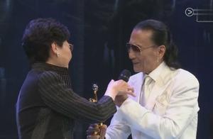 谢贤获得金像奖终身成就奖,对谢霆锋喊话:这一次我拿到了