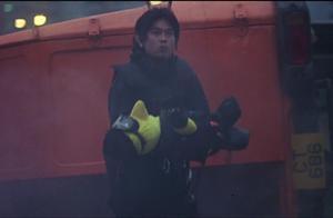 车祸现场惨烈,男子从车中爬出不救人,反而带出来了一个玩具!