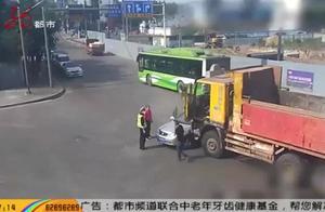 小轿车不慎闯入大货车视野盲区,被顶出去10几米,车身受损严重
