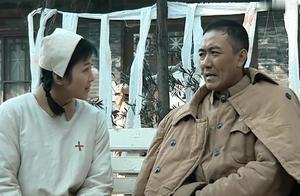 果然小姑娘都喜欢坏的,李云龙当众调戏:你就是我的第三条腿!