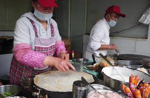 上海某小区煎饼果子摊:做软皮硬皮两种果子,排队人多一月四五万